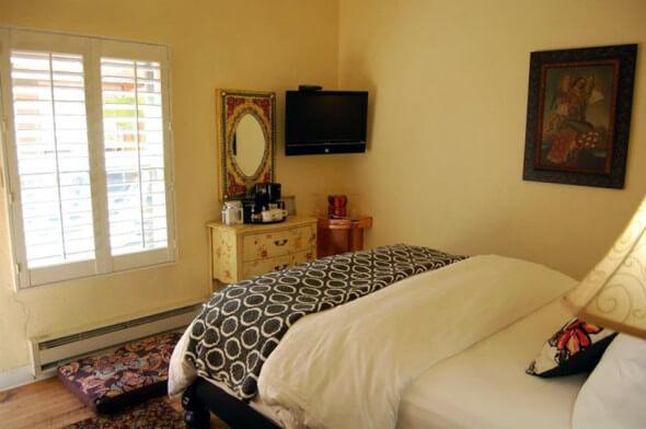 A small queen room at the Half Moon Bay Inn