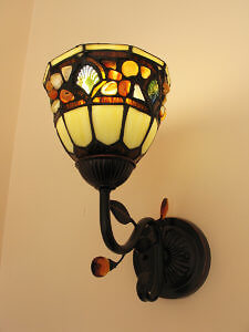 Stained glass wall sconce at the Tattingstone Inn. (Photo by Susan McKee)