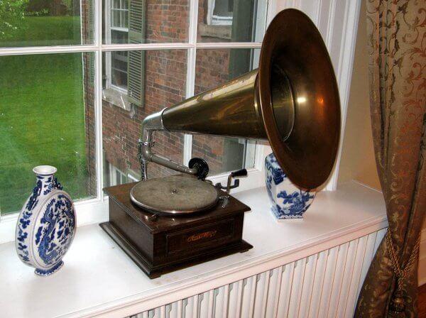 Gramaphone, Osler House, Hamilton, Ontario, Canada IMG_0876