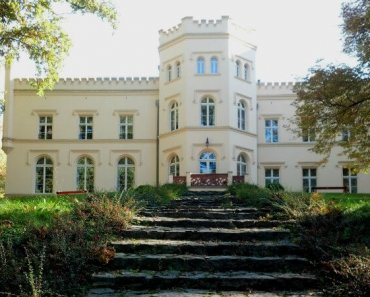 The front of the palace overlooks a sprawling garden