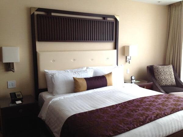 Shangri-La Hotel Toronto guest room