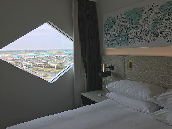 Hilton Amsterdam Airport Schiphol bed in Executive room with airport view