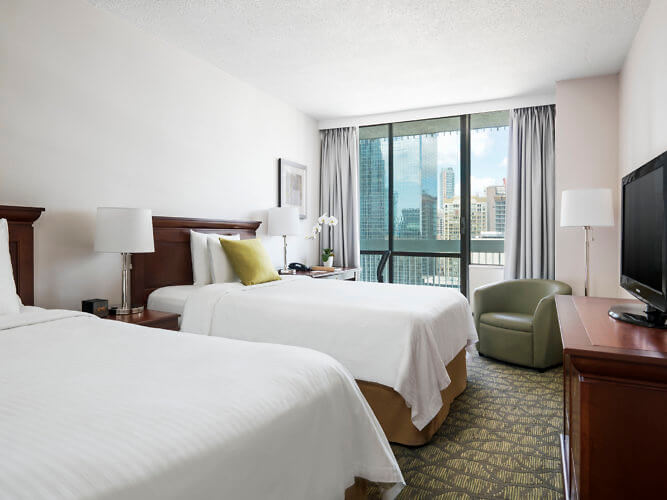 Chelsea Hotel Toronto, room with balcony sliding door