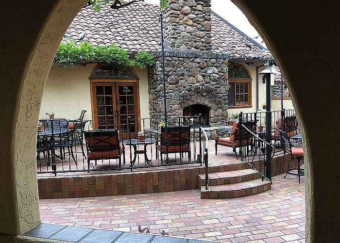 Rancho Caymus Inn outdoor coutyard