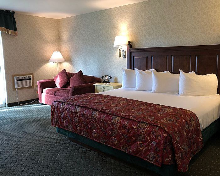 Pike's Waterfront Lodge Riverview Deluxe room interior