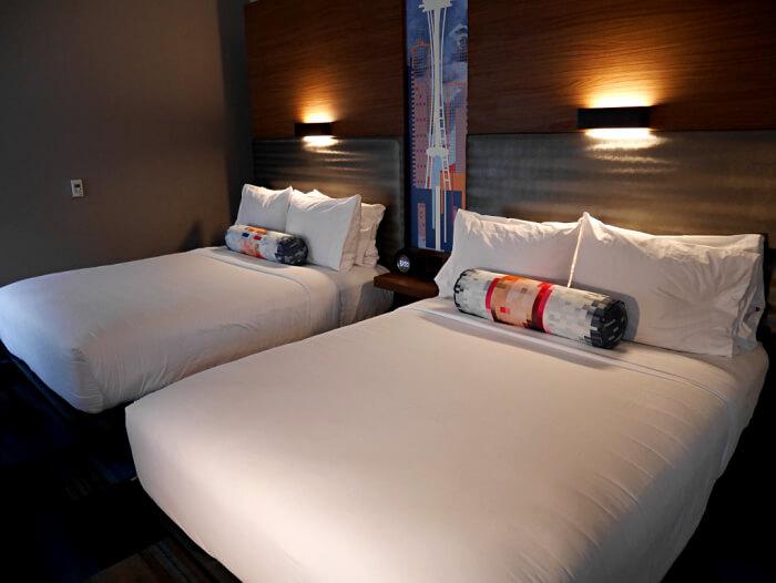 bedroom at seatac aloft