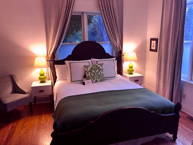 Pet-friendly Sangiovese room with king size bed and two side lamps.