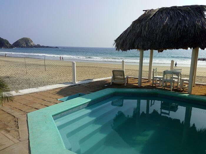 Lyoban Hostal pool