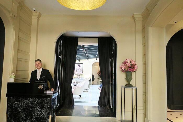 Le Narcisse Blanc Concierge Lobby