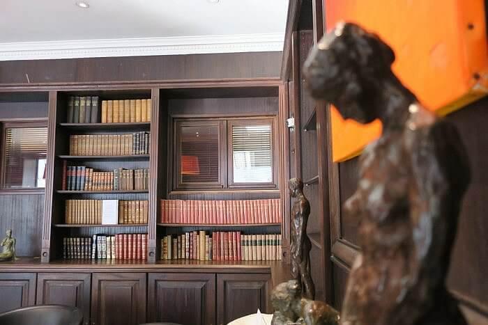 Hotel Elysees Regencia Library Meeting Room