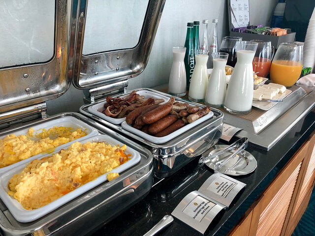 intercontinental san francisco club lounge breakfast, scrambled eggs, bacon and milk, breakfast buffet