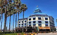 wide shot of exterior of Waterfront Inn, Oakland, California
