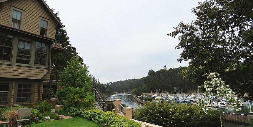 Noyo Harbor Inn backyard with river view