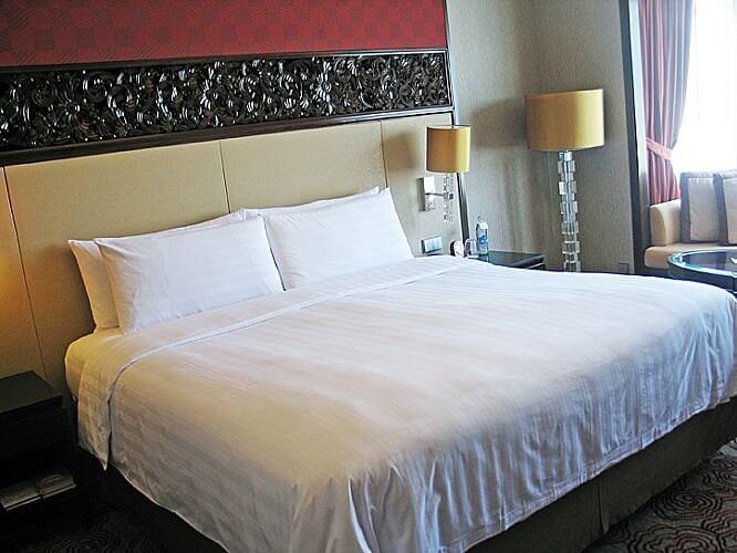 Guestroom at the Shangri-La Bangkok (Photo by Susan McKee)