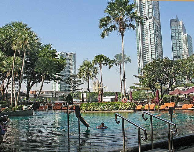 Riverside pool at Shangri-La Bangkok (Photo by Susan McKee)