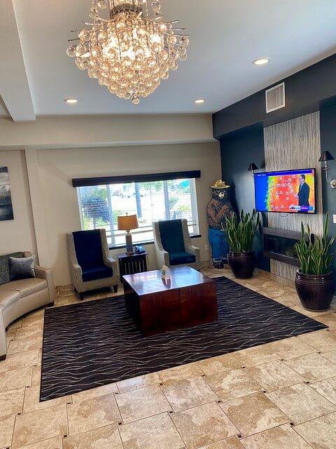 Best Western Newberg hotel lobby.